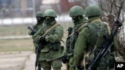 身份不明的武装人员3月2日在乌克兰克里米亚的一个步兵基地