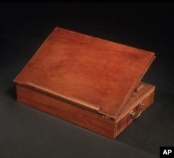 """托马斯·杰福逊1776年就是在这张自己设计的手提书桌上书写""""独立宣言""""的"""