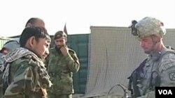 Seorang tentara AS (kanan) memberikan pengarahan kepada para tentara Afghanistan yang sedang menjalani latihan.
