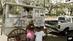 Ron Kotteman melayani dua orang anak yang membeli permen dari gerobak kayu yang telah berumur hampir 100 tahun buatan kakeknya. (Foto: dok)