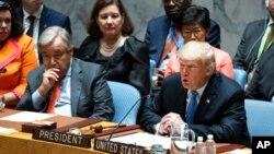 Prezidan Trump (adwat) ki t ap pale devan manm Konsèy Sekirite l'ONU an nan okazyon dewoulman 73èm sesyon Asanble Jeneral Oganizasyon Nasyon Zini an mèkredi 26 septanm 2018 la. Agoch Prezidan Trump se Sekretè Jeneral l'ONU an, Antonio Guterres.