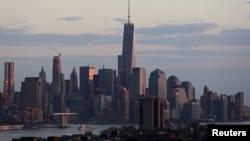 2015年4月17纽约曼哈顿下城: 世界贸易中心附近哈德逊河上的客船。据信100名中的66个外逃国家工作人员分别逃往美国和加拿大