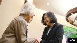 台湾总统蔡英文星期四在总统府会见返台的海外二二八事件受难者遗属( 台湾总统府提供)