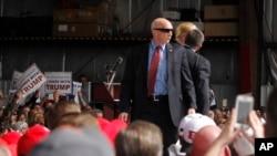 Les agents des services secrets protégéant le candidat présidentiel républicain , l'homme d'affaires Donald Trump , sur la scène après qu'un homme a tenté de violer le cordon de sécurité à son événement de campagne à la Wright Brothers Aero Hangar samedi , 12 Mars , 2016, à Vandalia , Ohio. Source : Afp