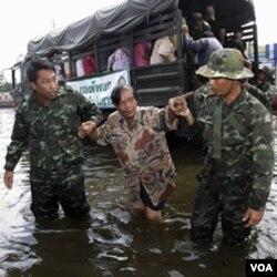 Tentara Thailand membantu warga mengungsi dari distrik Phisi Charoen, Bangkok (2/11).