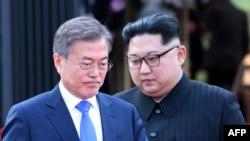 Le dirigeant nord-coréen Kim Jong Un, à gauche, et le président sud-coréen Moon Jae-in marchent pour annoncer une déclaration à la fin de leur sommet historique au village trêve de Panmunjom, le 27 avril 2018.