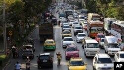 Seorang polisi tengah mengatur arus lalu lintas pada jam sibuk di Bangkok, Thailand, Senin, 10 November 2014. (Foto: dok).