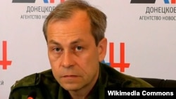 Chỉ huy hàng đầu của phe phiến quân, Eduard Basurin, nói việc rút vũ khí đã bắt đầu vào lúc 9:00 giờ sáng giờ địa phương.