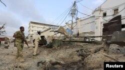 지난 3월 소말리아 이슬람 반군 알샤바브가 모가디슈의 한 호텔을 공격한 가운데 경찰이 사건 현장을 수색하고 있다. (자료 사진)