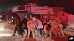 Một nạn nhân được cấp cứu trong vụ phục kích ở Mexico hồi đầu tháng 11