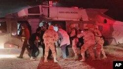 Los niños que sobrevivieron al ataque fueron trasladados en helicóptero por el ejército mexicano.