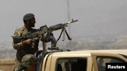 지난 2일 카불에서 아프간 군과 탈레반과의 교전이 벌어진 가운데, 인근을 순찰 중인 아프간 병사. (자료사진)