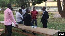 Tính đến 07:30 sáng ngày 18/2/2016 mà phiếu bầu vẫn chưa được đưa đến trạm bỏ phiếu ở trường Đại học Makerere.