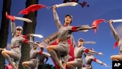 """資料照片:中國歌劇舞劇院在南寧表演1964年首次推出的芭蕾舞劇《紅色娘子軍》。 在這部宣傳劇中,以女子為主的共產黨游擊隊打死了""""惡霸地主""""南霸天。 (2006年11月9日)"""