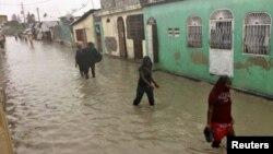 Ljudi hodaju poplavljenim ulicama u četvrti glavnog grada Haitija Port-o-Prensa