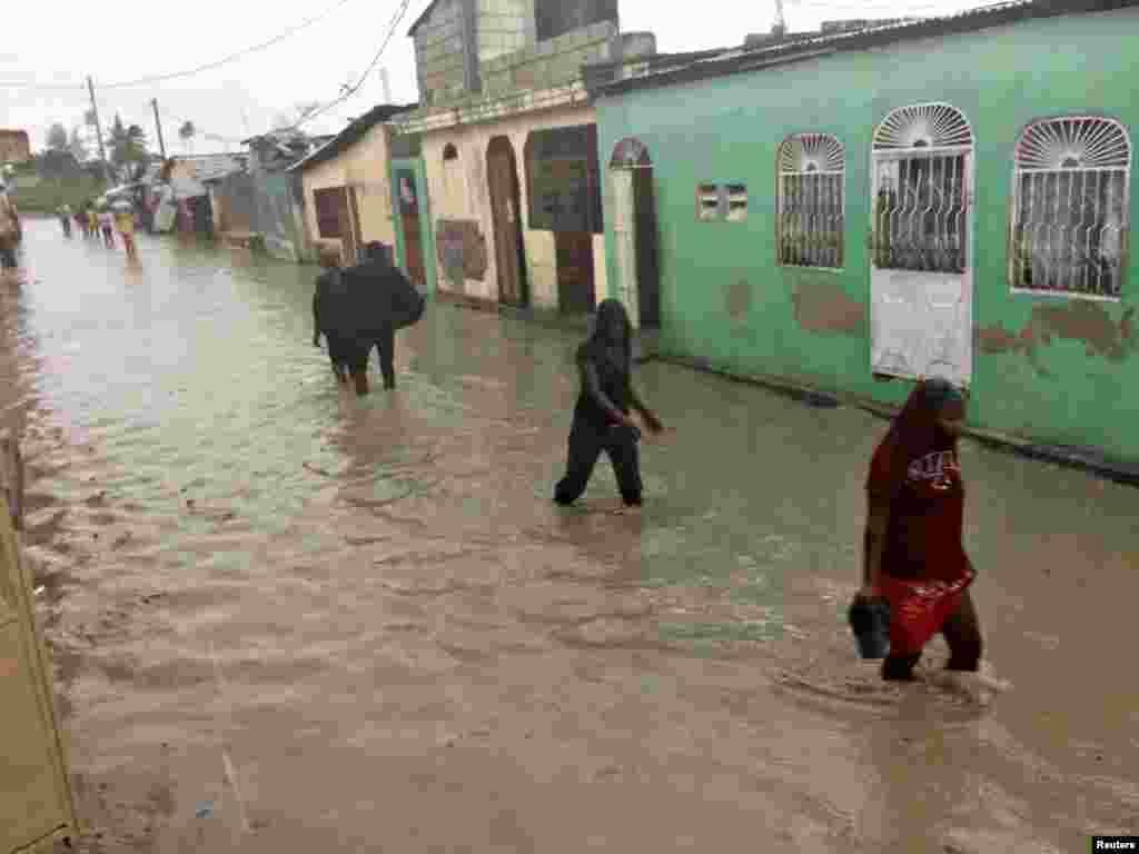 کئی گھروں میں پانی داخل ہو گیا ہے اور ان کی چھتیں گر گئی ہیں۔