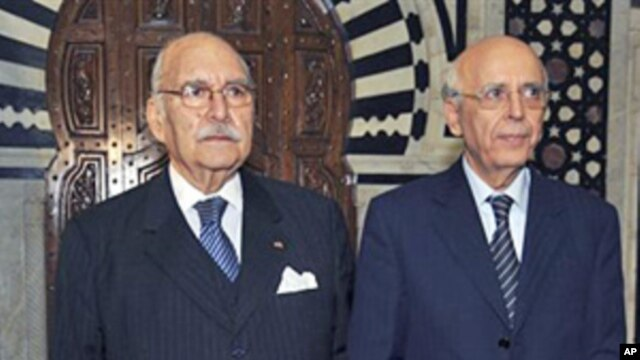 President Fouad Mebazza (l), and Prime Minister Mohamed Ghannouchi attend the cabinet oath-taking ceremony in Tunis, Jan 18 2011
