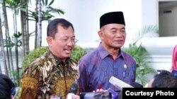 Menteri Kesehatan Dr Terawan (kiri) dan Menko PMK Muhadjir Effendi (kanan) menjelaskan evakuasi WNI ABK di Kapal Pesiar World Dream dan Princess Diamond usai menghadap Presiden Joko Widodo di Istana Kepresidenan, Jakarta, Senin (24/2) (Biro Setpres).