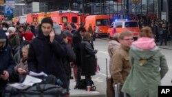 Passageiros junto ao Aeroporto de Hamburgo, 12 de Fevereiro, 2017.