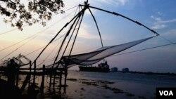 印度香料海岸边的中国渔网。当地传说,这是明朝郑和船队带来的渔网。(美国之音朱诺拍摄,2015年11月28日)