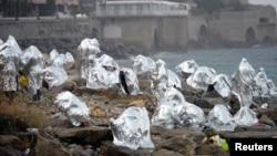 Un groupe de migrants se protège du froid entre Vintimille et Menton en France, le 14 juin 2015. (Reuters/ Jean-Pierre Amet)