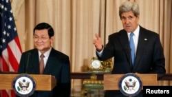 在工作午餐會上的越南國家主席張晉(左), 旁為美國國務卿克里