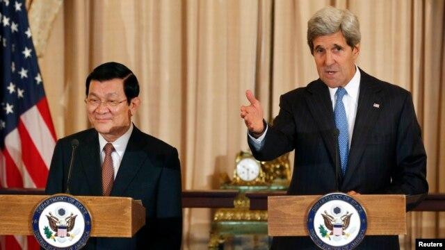 Ngoại trưởng Mỹ John Kerry và Chủ tịch nước Việt Nam Trương Tấn Sang tại Bộ Ngoại giao Mỹ ở Washington, ngày 24/7/2013.