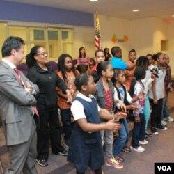 Anak-anak SD Miner menyanyikan lagu 'Heal the World' bagi teman-teman mereka di Indonesia di akhir acara.