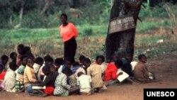 Professora e seus alunos moçambicanos