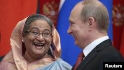 Presiden Rusia Vladimir Putin (kanan) berbincang dengan PM Bangaldesh Sheikh Hasina saat menghadiri penandatanganan kerjasama kedua negara di Moskow, Selasa (15/1).