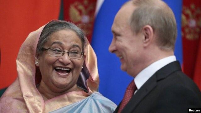 Tổng thống Nga Vladimir Putin (phải) và Thủ tướng Bangladesh Sheikh Hasina tại buổi lễ ký kết thỏa thuận, 15/1/13