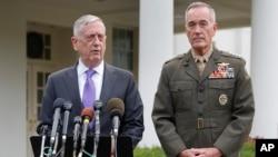 美国国防部长马蒂斯在白宫外面就朝核危机升级对媒体记者发表谈话,参谋长联席会议主席邓福德在旁边(2017年9月3日)