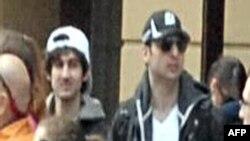 Nhà chức trách nói rằng nghi can 'nón đen' đã chết, nghi can 'nón trắng' trong vụ này, còn được gọi là Nghi can số Hai, vẫn còn lẩn trốn, anh ta 'có vũ trang và nguy hiểm'