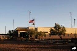 텍사스주 엘파소 인근 클린트 국경순찰국 사무소 입구. 중미에서 온 이민자 어린이들이 이곳에서 비위생적인 환경 속에 수용돼 있다는 비판이 나왔다.