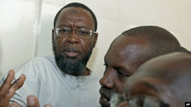 Al-Amin Kimathi, chairman of Kenya's Muslim Human Rights Forum, talks to supporters before his arrest at the Nairobi Law Court January 18, 2010 (file photo)