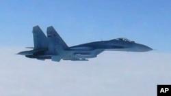 지난 2013년 2월 일본 홋카이도 상공에서 자위대 항공기가 촬영한 러시아 공군 소속 Su-27 전투기. (자료사진)