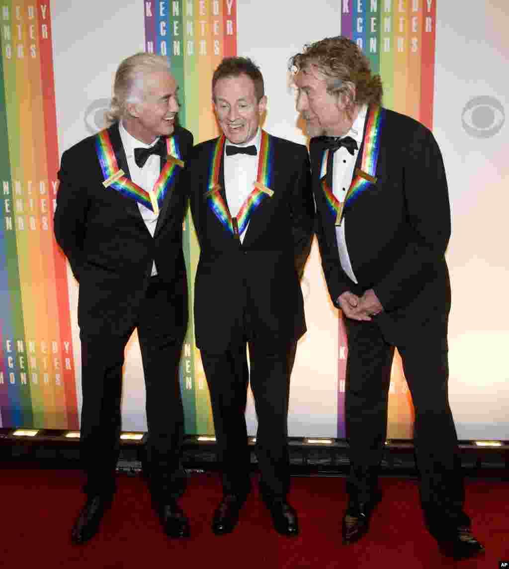 Los miembros de la banda Led Zeppelin también recibieron el reconocimiento del Kennedy Center. De izquierda a derecha, Jimmy Page, John Paul Jones, y Robert Plant.