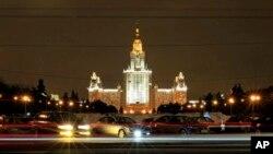 Главное здание Московского государственного университета имени М. В. Ломоносова (архивное фото)