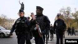 Polisi berpatroli di Place de la Republique setelah serangkaian serangan mematikan sehari sebelumnya di Paris, 14 November 2015.