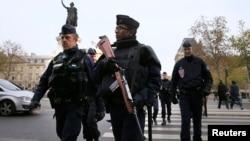 法国警察星期六在巴黎街头巡逻