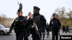 Cảnh sát tuần tra Quảng trường Place de la Republique sáng thứ Bảy sau một loạt các vụ tấn công chết người ở Paris, 14/11/2015.