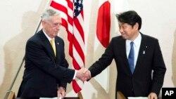 El secretario de Defensa de EE.UU., Jim Mattis, (izquieda) y el ministro de Defensa de Japón, Itsunori Onodera, se reunieron en Tokio el viernes, 29 de junio de 2018.