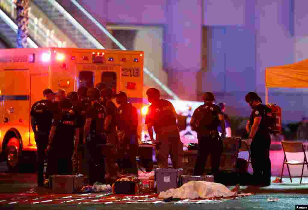 دهها دستگاه آمبولانس و وسایل امدادی دیگر زخمی ها و کشته ها را از صحنه خارج کردند.