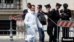 4月28日在意大利罗马的总理办公室外的犯罪现场可见一名参与调查的法医