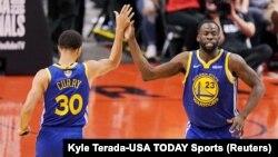 Stefan Kari i Drejmond Grin proszlavljaju koš u poslednjoj četvrtini druge utakmice finala NBA plej-ofa (Foto: Reuters/Kyle Terada-USA TODAY Sports)