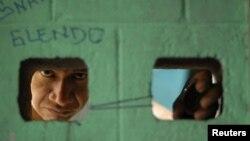 Un pandillero ve a través de un orificio en la prisión de Quezalatepeque, en las afueras de San Salvador. El ministro de Seguridad salvadoreña piensa que la calificación de grupo criminal internacional para la MS-13 no afecta la tregua entre pandillas.