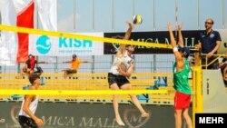 Một trận đấu trong giải bóng chuyền quốc tế trên Đảo Kishr, Iran.