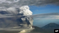 A view from a domestic flight from Denpasar to Yogyakarta that was subsequently diverted to Surabaya airport shows a plume of gas and ash billowing some 10 kilometers high from the Mount Merapi volcano during an eruption, 04 Nov. 2010.