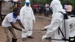 Ma'aikatan kiwon lafiya masu yaki da cutar ebola a Liberia