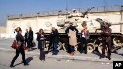 이집트 법원에서 '알자지라' 소속 기자 등에 대한 테러 관련 혐의 재판이 열리는 가운데, 이들이 수감된 토라 수용소 외부에 취재진에 모여있다.